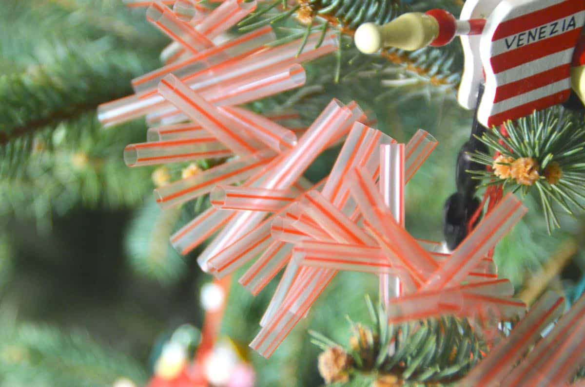 Easy Christmas garland using plastic drinking straws.