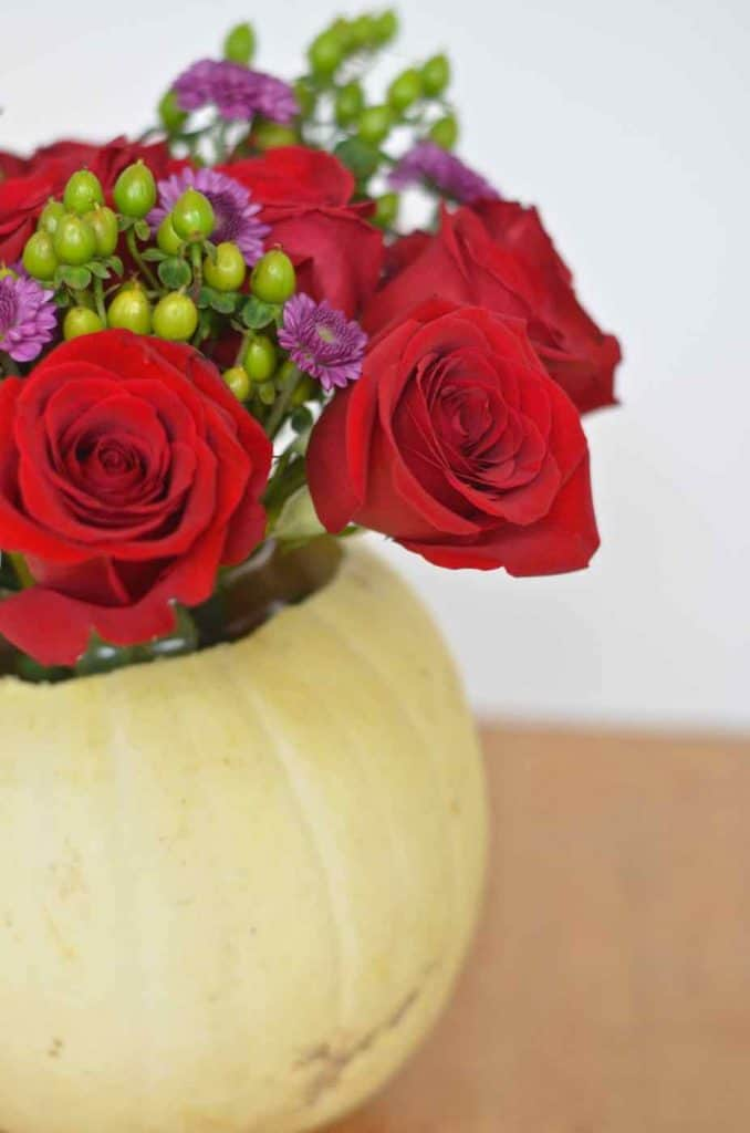 Easy and inexpensive Thanksgiving tablescape ideas.