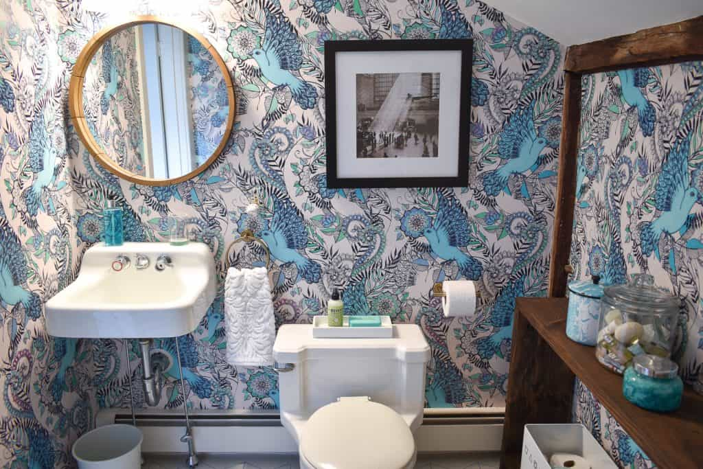 Colorful Makeover for a Dull Bathroom
