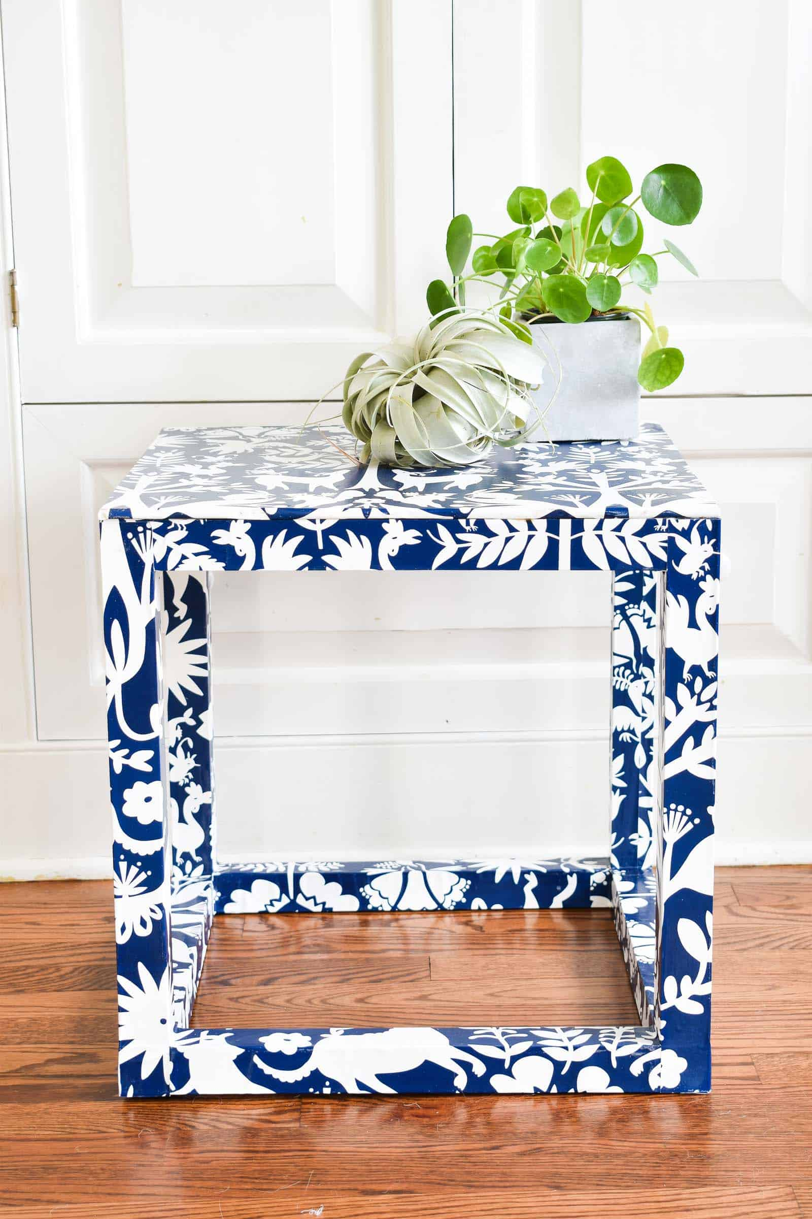otomi wallpaper table in family room