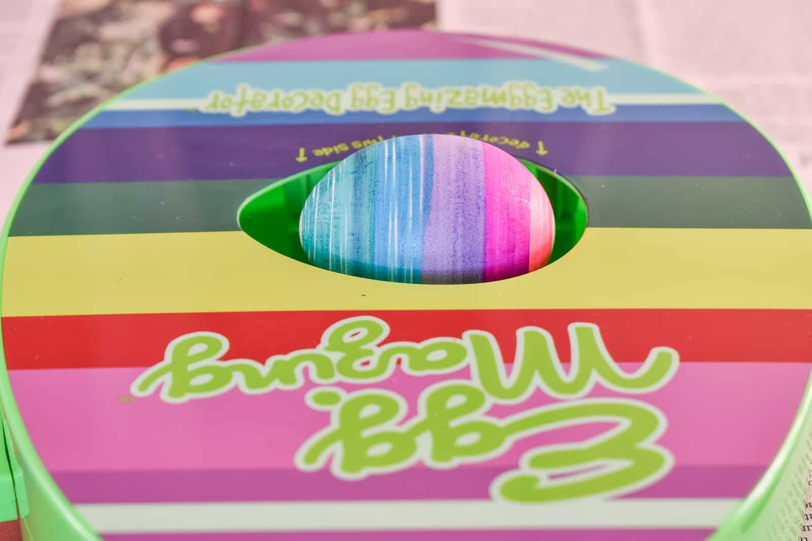 color the egg with the eggmazing decorator